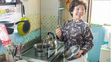 小島家のオール電化の台所。朝昼晩と炊事場に立つお母さん。ガスのない暮らしは?と聞くと「調理台の掃除も簡単だし、火力の調整もボタン一つで楽だよ。」と笑顔で答えてくれました。
